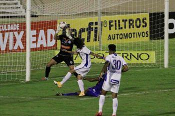 Com gol contra, expulsão e polêmicas da arbitragem, Confiança empata na Arena Batistão