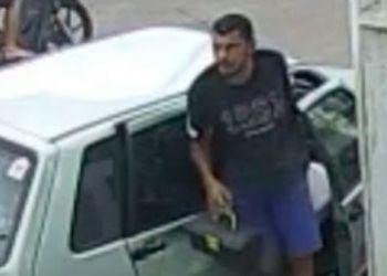 Indivíduo não se intimida com câmeras de segurança e arromba carro no Centro da cidade