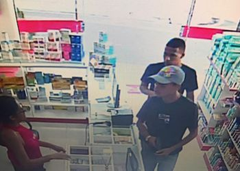 Polícia Civil divulga imagens de dupla acusada de roubo em farmácia na cidade de Monte Alegre de Sergipe