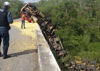 Carreta tomba em rodovia estadual e acaba pendurada em ponte sobre o Rio Vaza-Barris