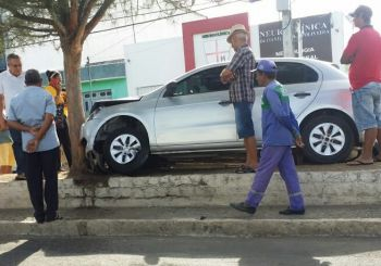 Mulher colide carro contra árvore no Centro de Itabaiana após desviar de motocicleta