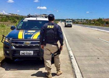 Adolescente é flagrado dirigindo automóvel na BR-235 na companhia da mãe
