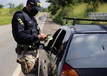 Jovem é detido pela PRF na BR-235 após ser flagrado com carro roubado