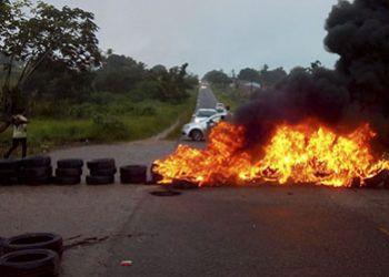Moradores de povoado em S�o Domingos fecham trecho de rodovia em protesto devido ao grande n�mero de mortes no local