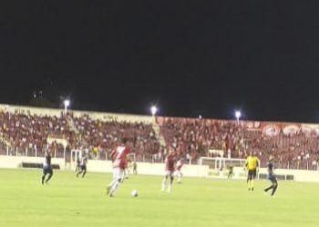 Sergipe sai na frente do placar, mas sofre empate com mais um vacilo do bloco defensivo