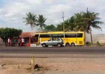 Ônibus desgovernado com turistas do interior baiano atinge residência às margens de Rodovia Estadual em Lagarto e deixa uma pessoa morta