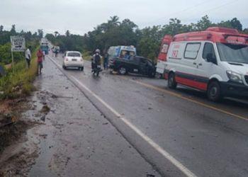 Uma pessoa morre e outras duas ficam lesionadas em acidente envolvendo dois carros de passeio e um caminhão