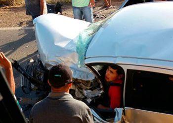 Motorista de autom�vel fica preso �s preso em colis�o com carro do transporte de passageiros de Agreste