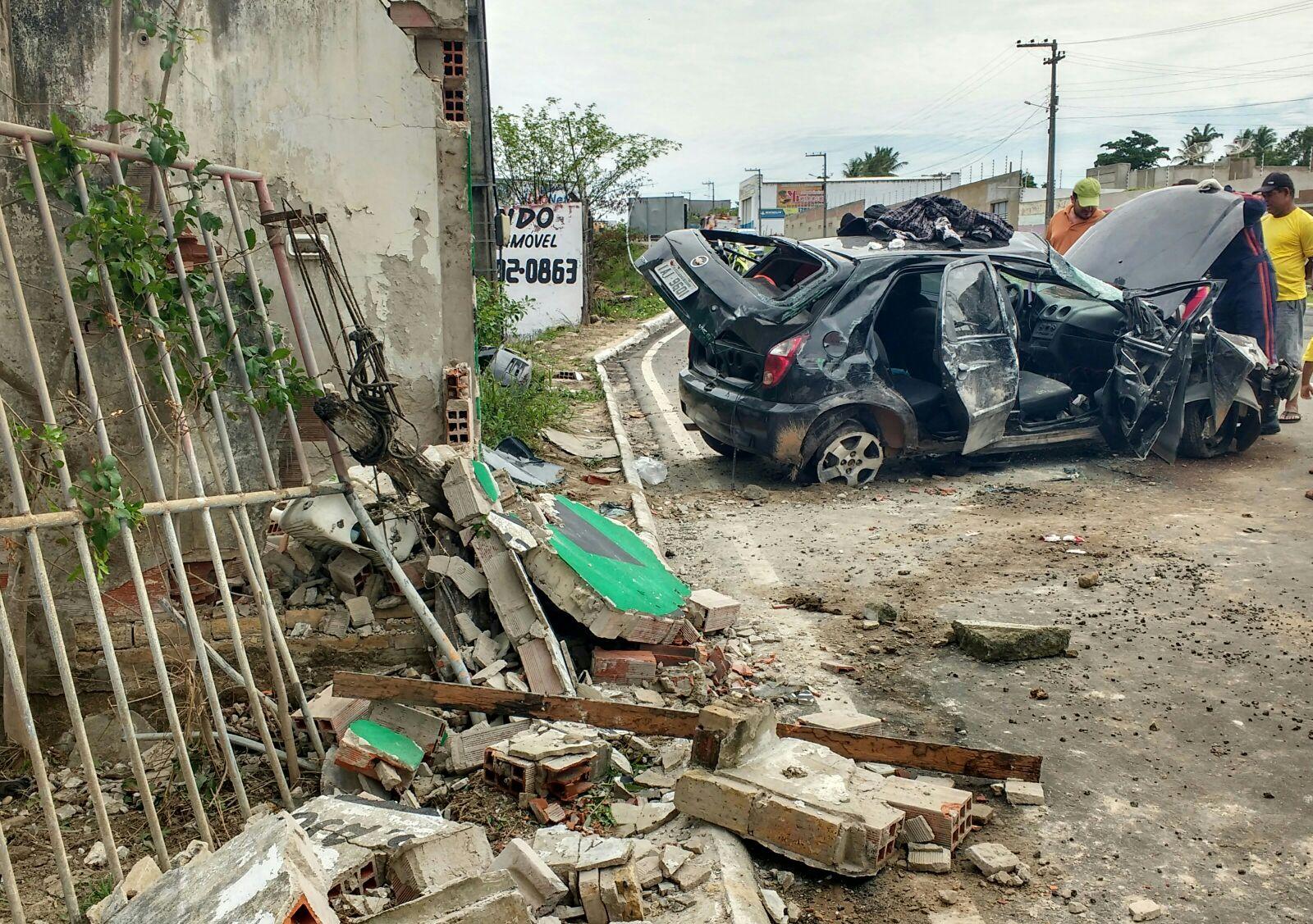 Carro com 4 ocupantes capota na Rodovia João Paulo II em Itabaiana após motorista perder o controle da direção