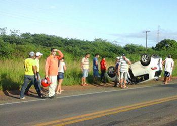Ve�culos que trafegavam em sentido postos pela BR-235 se envolve em acidente