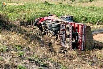 Caminhoneiro sergipano morre atropelado no interior baiano ap�s capotar caminh�o