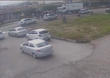 Motociclista sofre graves les�es ap�s autom�vel avan�ar sem�foro na BR � 235