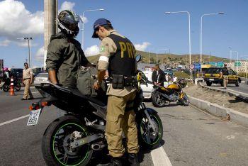 PRF det�m motoristas em Areia Branca e Itabaiana por dire��o perigosa e por dirigir inabilitado e provocar acidente