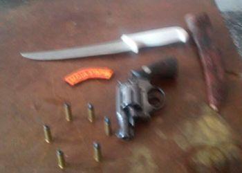 Homem � flagrado com arma de fogo em bar na cidade de Pinh�o, ap�s den�ncia an�nima