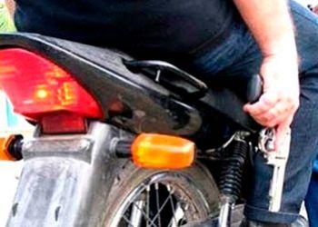 Motocicleta com restri��es de roubo � encontrada em resid�ncia abandonada na periferia da cidade