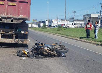 Policial militar morre na BR-101 em acidente envolvendo motocicleta e caçamba