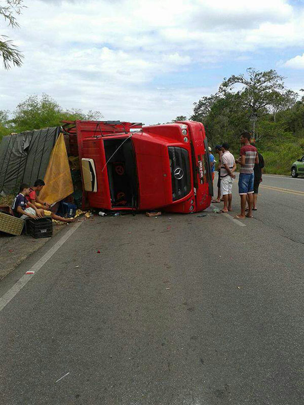 Caminhão Feirantes Itabaiana Sergipe Capotamento BR-235