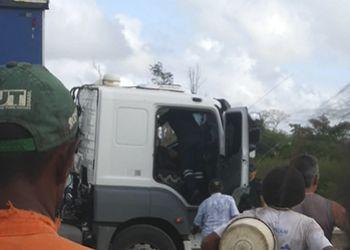 Caminhoneiro, natural de Minas Gerais, é encontrado morto dentro de cabine de carreta na BR-101 em Sergipe