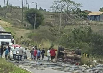 Capotamento de caminhão na Rota do Sertão deixa motorista preso às ferragens