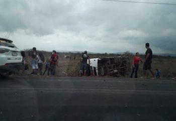 Acidente com micro-ônibus do transporte Intermunicipal de passageiros deixa uma pessoa morta e outras diversas feridas