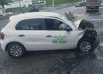 Ve�culo da Prefeitura de Areia Branca se envolve em acidente na Capital Sergipana