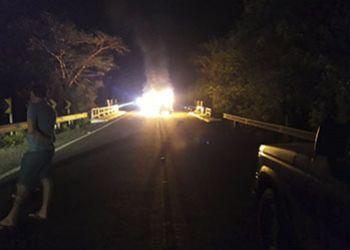 Veículo pega fogo após colidir em cabeira de ponte na BR-235