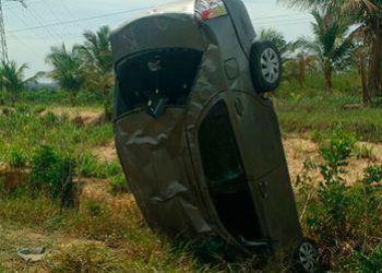Carro fica plantado na vertical após o condutor perder o controle da direção e capotar na BR – 235