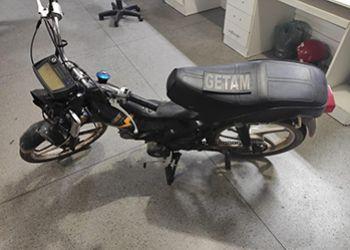 Polícia Militar apreende ciclomotor com restrição de furto e prende suspeito por receptação