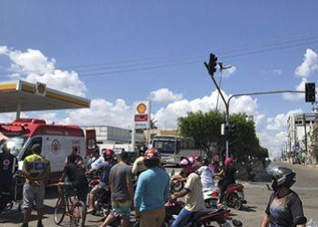 Colis�o entre carro de passeio e motocicleta no Centro de Itabaiana deixa motociclista gravemente lesionado