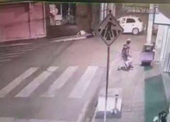 Jovem fica gravemente ferido após colidir motocicleta contra automóvel no Centro de Itabaiana