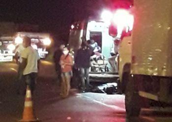 Colisão com animal mata condutor de motociclista e deixa jovem gravemente lesionada