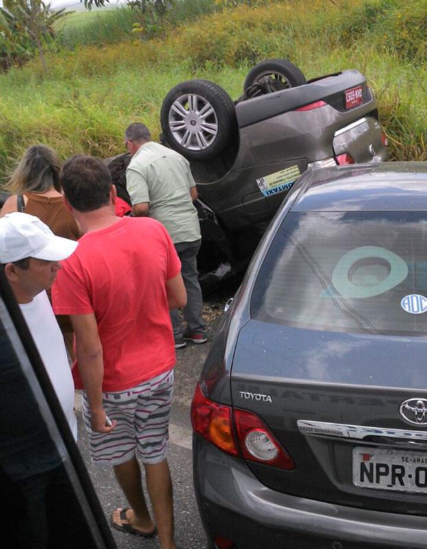 colisão automóveis BR-235 Laranjeiras Sergipe