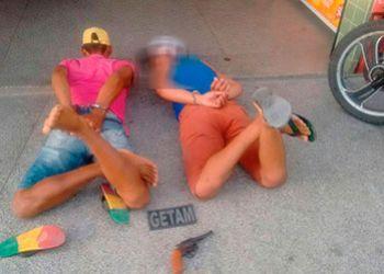 Jovem é flagrado na companhia de adolescente portando arma de fogo na periferia da cidade