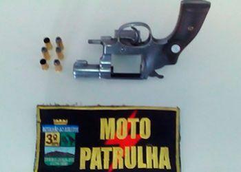 Jovens s�o presos ap�s roubo de motocicleta e por serem flagrados com arma de fogo
