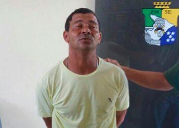 Homem com mandado de pris�o em aberto � preso pela PM dentro de micro-�nibus com arma de fogo