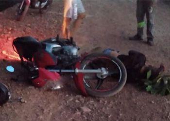Homem é encontrado morto ao lado de motocicleta com faca cravada nas costas