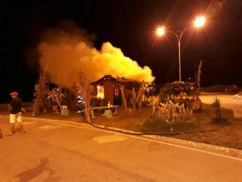 Delinquentes ateiam fogo na casa de taipa do Loteamento Luiz Gonzaga