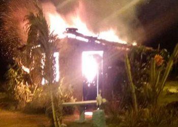 Delinquentes ateiam fogo em casa de taipa do Loteamento Luiz Gonzaga