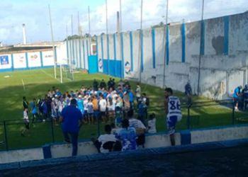 Grupo de torcida organizada do Confiança invade treino dos jogadores no Estádio Sabino Ribeiro