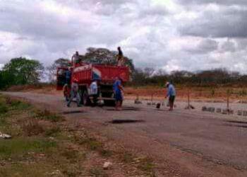 Moradores do município de Pinhão compram asfalto para tapar buracos em rodovia estadual