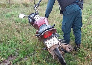 Suspeitos de atentarem contra a vida de uma mulher abandonam motocicleta após perseguição policial