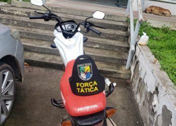 Dupla é flagrada por Policiais Militares com motocicleta com chassi adulterado