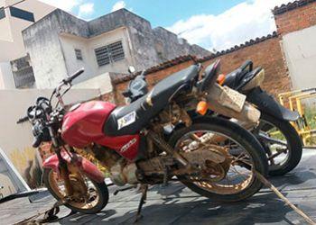 Motocicleta com retrições de roubo é recuperada por agentes de trânsito no Centro da cidade