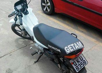 Motocicleta transitando com placa adulterada � apreendida pela PM ap�s constata��o de restri��es