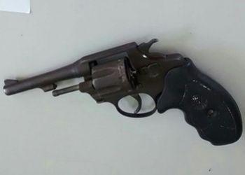 Jovem � flagrado em ronda policial com arma de fogo na companhia de adolescente