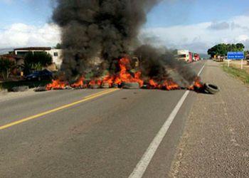 Manifestantes fecham a BR-235 no município de Areia Branca