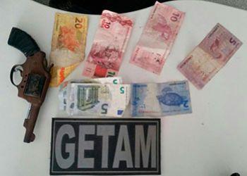 Adolescentes são flagrados com arma de fogo e dinheiro estrangeiro